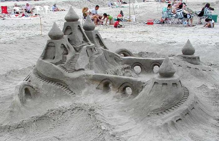 Sandburgenterrorismus: Gibst du mir nicht deine Förmchen, mache ich deine Burg kaputt...