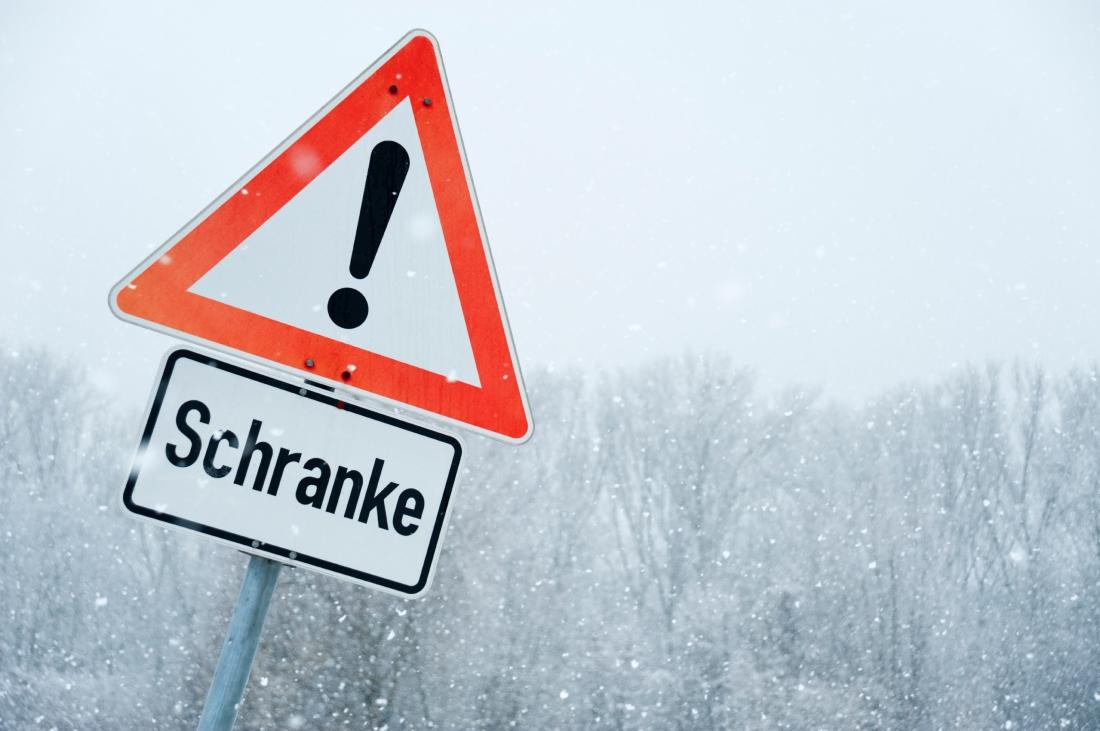 Verkehrsschild im Schnee
